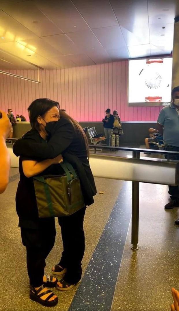 Con gái ruột cố ca sĩ Phi Nhung bật khóc nức nở bên Việt Hương khi nhận tro cốt của mẹ ở sân bay - Ảnh 4.