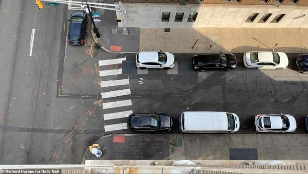 Video: Người đàn ông leo lên tầng 9 nhảy xuống tự tử, cả con phố hoảng loạn chứng kiến cảnh tượng kinh hoàng và khó tin sau đó - Ảnh 1.