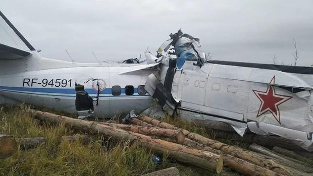 Máy bay chở 23 người rơi tại Nga, thân vỡ làm đôi, 16 người tử vong tại chỗ - Ảnh 1.