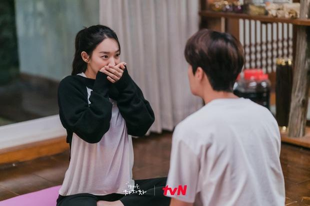 Nhìn Shin Min Ah và rich kid Penthouse mặc áo na ná nhau để thấy tầm quan trọng của việc mix đồ - Ảnh 1.