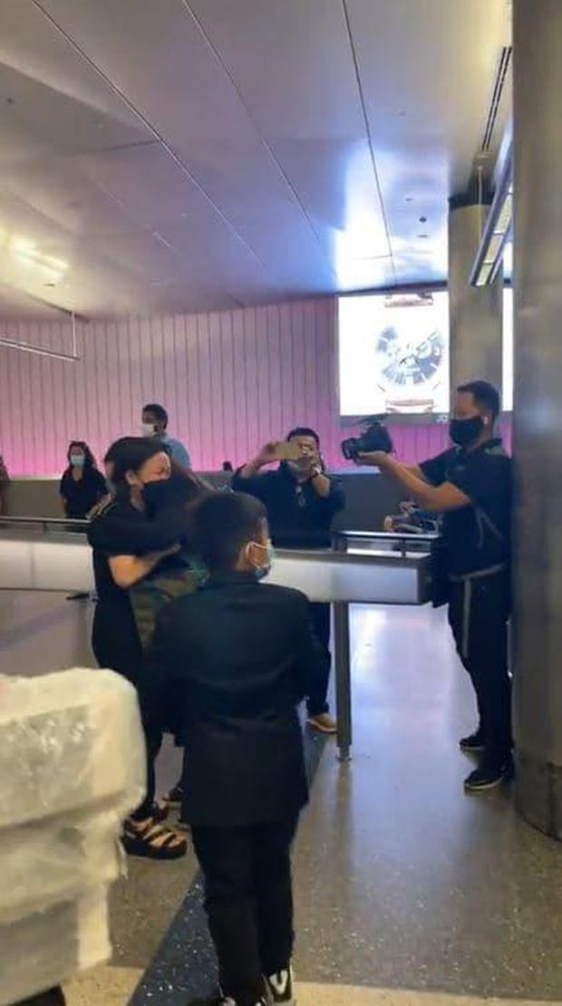 Con gái ruột cố ca sĩ Phi Nhung bật khóc nức nở bên Việt Hương khi nhận tro cốt của mẹ ở sân bay - Ảnh 3.
