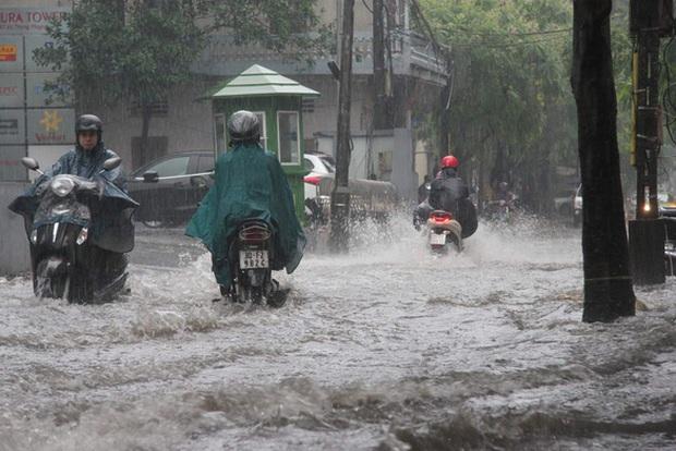 Bão số 7 suy yếu thành ATNĐ áp sát đất liền, chiều tối nay Hà Nội có gió giật cấp 6 kèm mưa lớn - Ảnh 2.