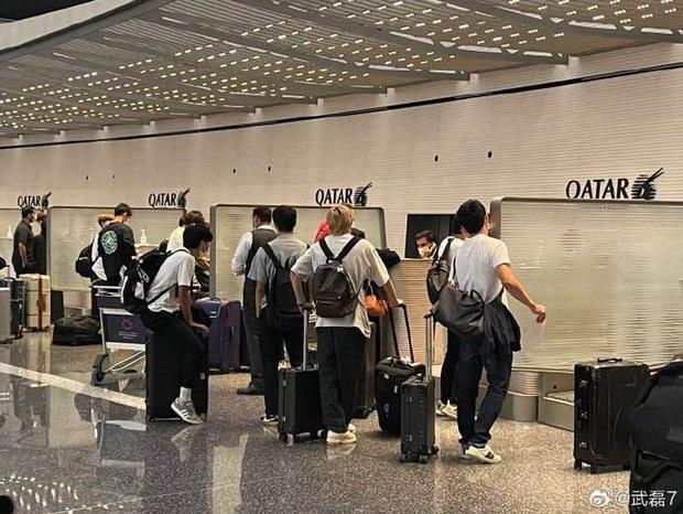 Đội nhà vượt qua Việt Nam, báo Trung Quốc vẫn tủi thân vì hình ảnh của Wu Lei tại sân bay - Ảnh 1.