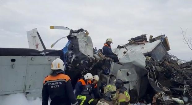 Nhận định ban đầu về nguyên nhân vụ rơi máy bay tại Nga khiến 16 người chết - Ảnh 1.