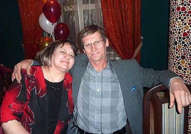 Rúng động nước Nga: 1000 chai chất độc tuồn ra thị trường, cặp vợ chồng cùng tử vong để lại 5 đứa con thơ không biết bấu víu vào đâu - Ảnh 3.