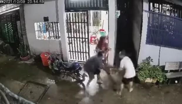 Clip: Gã đàn ông mang theo hung khí tiến vào nhà tấn công 2 vợ chồng ở TP.HCM tử vong, người dân nỗ lực vây bắt - Ảnh 2.