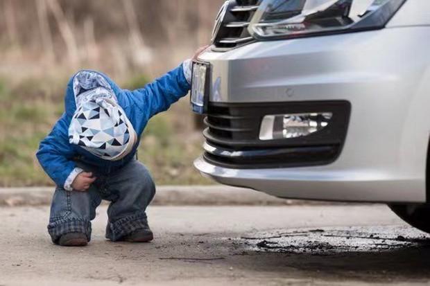 Lùi xe cán chết con trai 2 tuổi, ông bố đòi công ty bảo hiểm bồi thường gần 5 tỷ, phán quyết của Toà án khiến dân tình không bình tĩnh nổi - Ảnh 1.