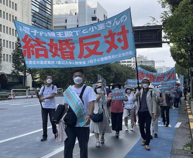 Chưa từng có trong lịch sử: Người dân Nhật xuống đường biểu tình phản đối Công chúa kết hôn, làn sóng bất bình dâng cao đến đỉnh điểm - Ảnh 1.