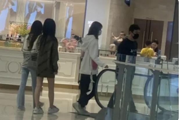 Ông chủ Vương Tư Thông của Invictus Gaming bị bắt gặp đi dạo cùng lúc với 3 cô gái, cư dân mạng soi ra thái độ khác thường? - Ảnh 1.