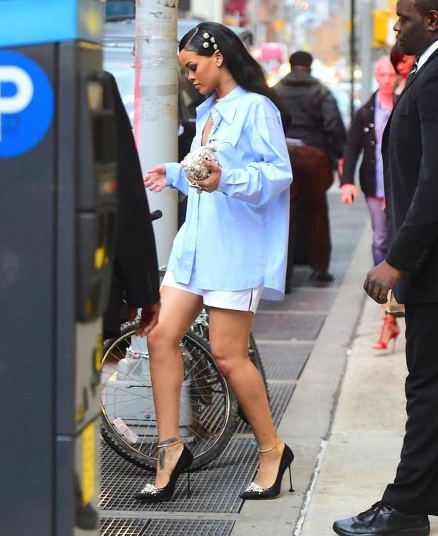 Iu - Rihanna và biệt tài đi giày cao gót trên hố ga mà không sấp mặt: Là ma thuật hay chiêu hack gì đây? - Ảnh 2.