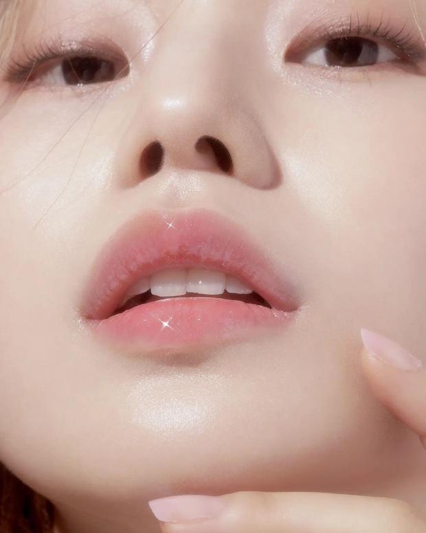 Một hành động vô tình khi rửa mặt có thể làm môi bạn xuống cấp không phanh - Ảnh 1.