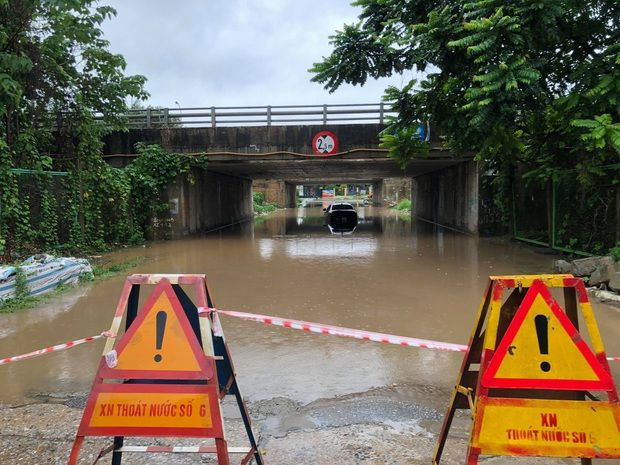 Ảnh: Mưa lớn kéo dài do ảnh hưởng của bão số 7, nhiều nơi ở Hà Nội ngập sâu, người dân chật vật di chuyển - Ảnh 13.