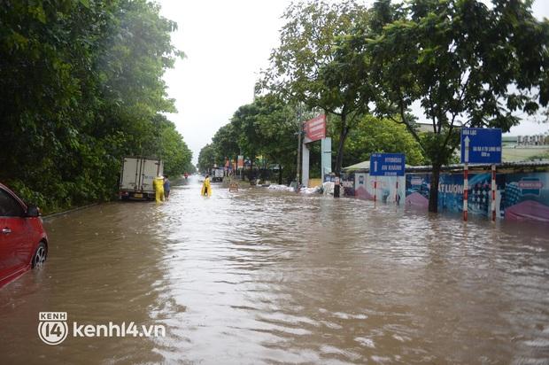 Ảnh: Mưa lớn kéo dài do ảnh hưởng của bão số 7, nhiều nơi ở Hà Nội ngập sâu, người dân chật vật di chuyển - Ảnh 12.