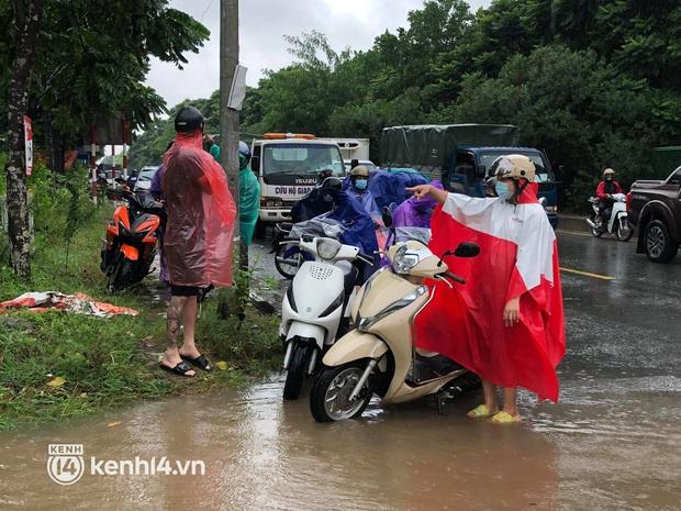 Ảnh: Mưa lớn kéo dài do ảnh hưởng của bão số 7, nhiều nơi ở Hà Nội ngập sâu, người dân chật vật di chuyển - Ảnh 16.