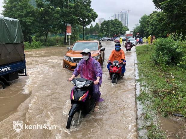 Ảnh: Mưa lớn kéo dài do ảnh hưởng của bão số 7, nhiều nơi ở Hà Nội ngập sâu, người dân chật vật di chuyển - Ảnh 15.