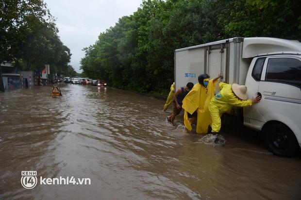 Ảnh: Mưa lớn kéo dài do ảnh hưởng của bão số 7, nhiều nơi ở Hà Nội ngập sâu, người dân chật vật di chuyển - Ảnh 9.