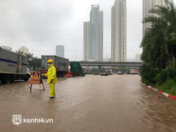 Ảnh: Mưa lớn kéo dài do ảnh hưởng của bão số 7, nhiều nơi ở Hà Nội ngập sâu, người dân chật vật di chuyển - Ảnh 3.