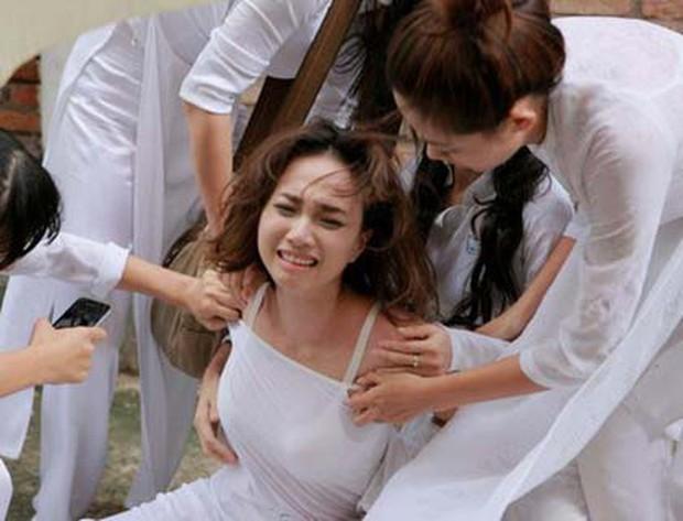 Nữ sinh bị đánh hội đồng, xé áo lộ cả ngực rồi quay clip: Đây chính là cảnh bạo lực học đường ám ảnh nhất phim Việt! - Ảnh 3.