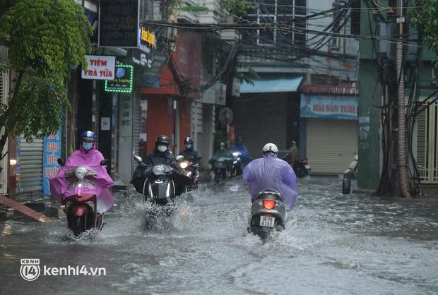 Đường phố Hà Nội ùn tắc cục bộ, người dân chôn chân hàng giờ dưới cơn mưa tầm tã trong sáng đầu tuần - Ảnh 7.