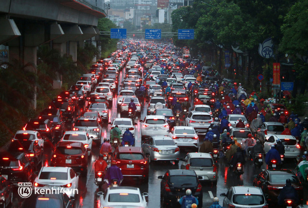 Đường phố Hà Nội ùn tắc cục bộ, người dân chôn chân hàng giờ dưới cơn mưa tầm tã trong sáng đầu tuần - Ảnh 1.