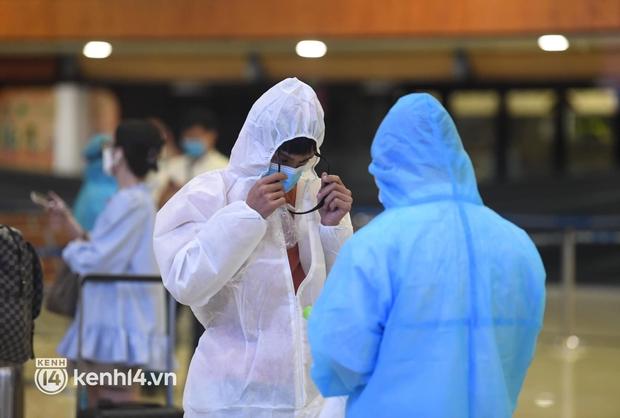 Hành khách trên chuyến bay thương mại đầu tiên từ TP.HCM ra Hà Nội bất ngờ và vui mừng khi không phải cách ly tập trung - Ảnh 12.