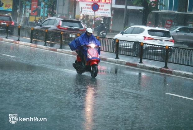 Đường phố Hà Nội ùn tắc cục bộ, người dân chôn chân hàng giờ dưới cơn mưa tầm tã trong sáng đầu tuần - Ảnh 8.