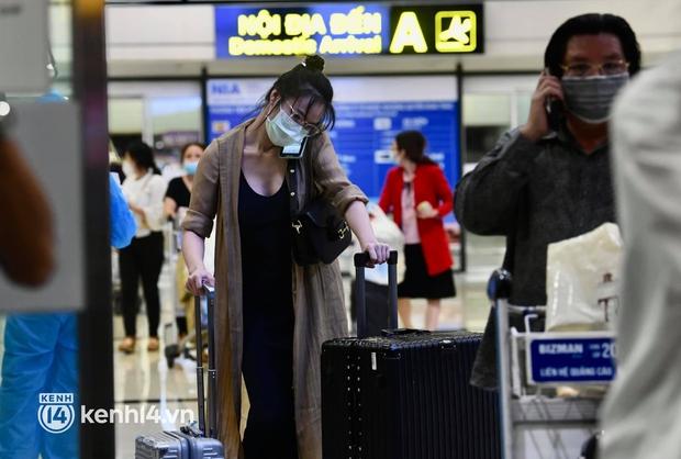 Hành khách trên chuyến bay thương mại đầu tiên từ TP.HCM ra Hà Nội bất ngờ và vui mừng khi không phải cách ly tập trung - Ảnh 6.