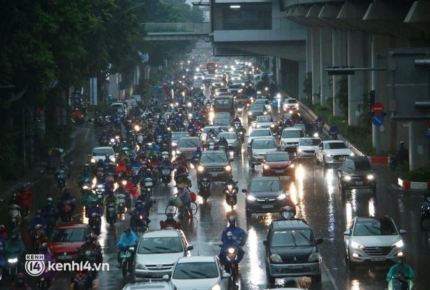 Đường phố Hà Nội ùn tắc cục bộ, người dân chôn chân hàng giờ dưới cơn mưa tầm tã trong sáng đầu tuần - Ảnh 2.