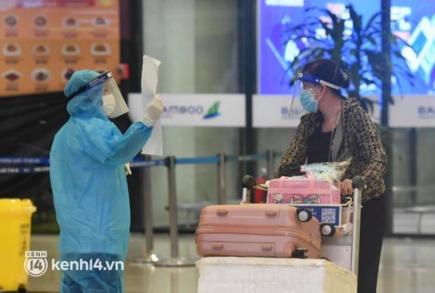 Hành khách trên chuyến bay thương mại đầu tiên từ TP.HCM ra Hà Nội bất ngờ và vui mừng khi không phải cách ly tập trung - Ảnh 4.
