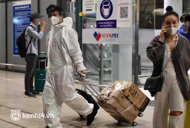 Hành khách trên chuyến bay thương mại đầu tiên từ TP.HCM ra Hà Nội bất ngờ và vui mừng khi không phải cách ly tập trung - Ảnh 7.