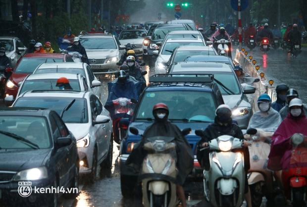 Đường phố Hà Nội ùn tắc cục bộ, người dân chôn chân hàng giờ dưới cơn mưa tầm tã trong sáng đầu tuần - Ảnh 5.