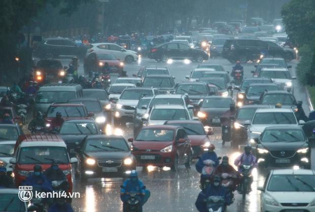 Đường phố Hà Nội ùn tắc cục bộ, người dân chôn chân hàng giờ dưới cơn mưa tầm tã trong sáng đầu tuần - Ảnh 4.