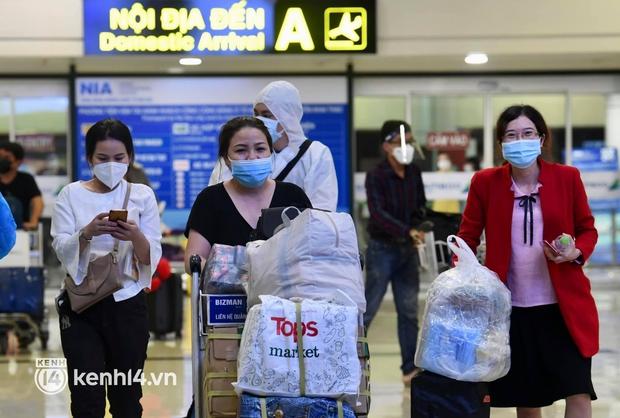 Hành khách trên chuyến bay thương mại đầu tiên từ TP.HCM ra Hà Nội bất ngờ và vui mừng khi không phải cách ly tập trung - Ảnh 5.