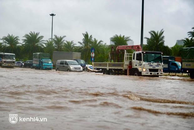 Đường phố Hà Nội ùn tắc cục bộ, người dân chôn chân hàng giờ dưới cơn mưa tầm tã trong sáng đầu tuần - Ảnh 13.