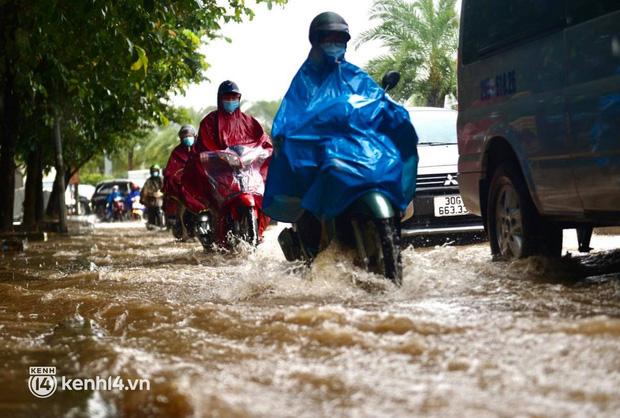 Đường phố Hà Nội ùn tắc cục bộ, người dân chôn chân hàng giờ dưới cơn mưa tầm tã trong sáng đầu tuần - Ảnh 14.