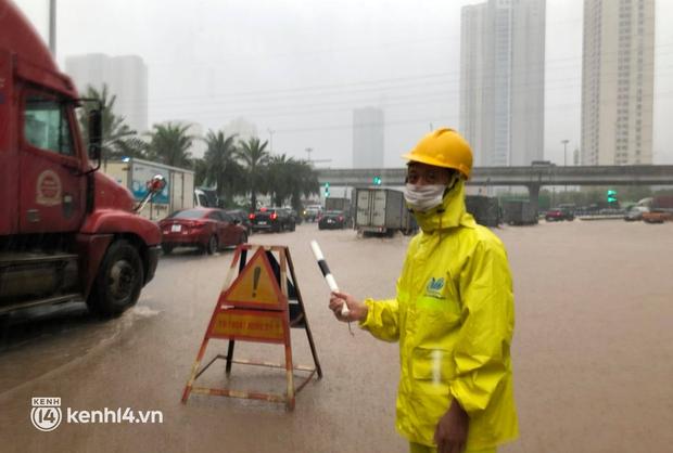 Đường phố Hà Nội ùn tắc cục bộ, người dân chôn chân hàng giờ dưới cơn mưa tầm tã trong sáng đầu tuần - Ảnh 11.