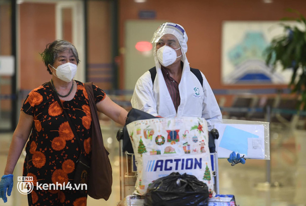 Hành khách trên chuyến bay thương mại đầu tiên từ TP.HCM ra Hà Nội bất ngờ và vui mừng khi không phải cách ly tập trung - Ảnh 8.
