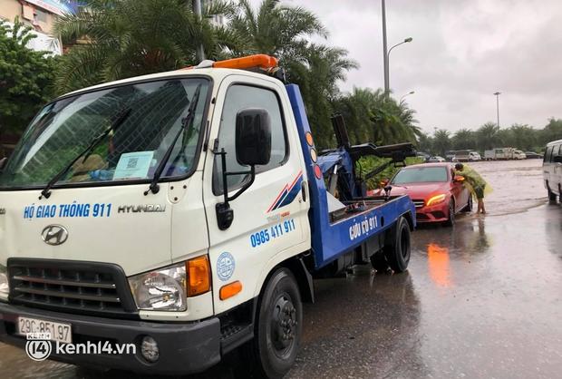 Đường phố Hà Nội ùn tắc cục bộ, người dân chôn chân hàng giờ dưới cơn mưa tầm tã trong sáng đầu tuần - Ảnh 15.