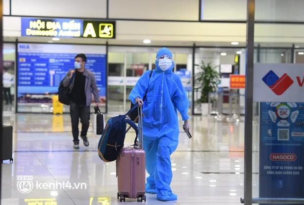 Hành khách trên chuyến bay thương mại đầu tiên từ TP.HCM ra Hà Nội bất ngờ và vui mừng khi không phải cách ly tập trung - Ảnh 2.
