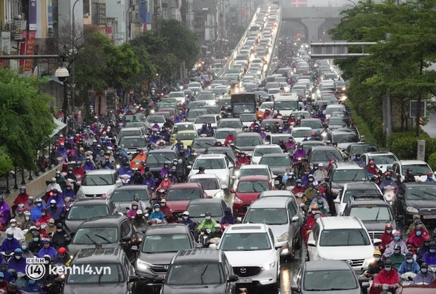Đường phố Hà Nội ùn tắc cục bộ, người dân chôn chân hàng giờ dưới cơn mưa tầm tã trong sáng đầu tuần - Ảnh 3.
