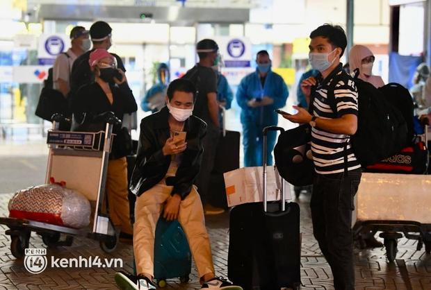 Hành khách trên chuyến bay thương mại đầu tiên từ TP.HCM ra Hà Nội bất ngờ và vui mừng khi không phải cách ly tập trung - Ảnh 10.