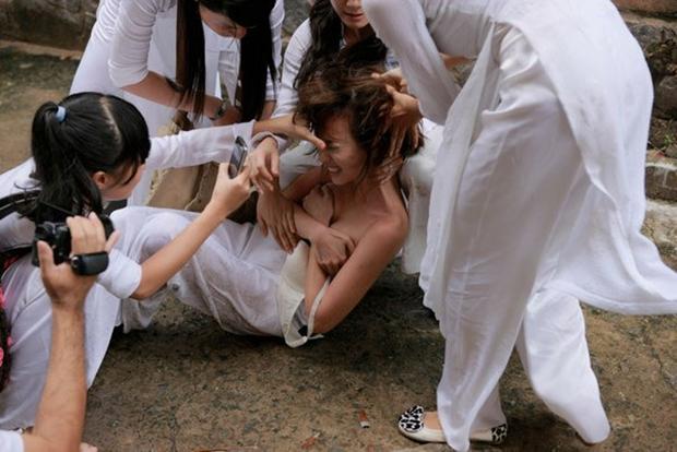 Nữ sinh bị đánh hội đồng, xé áo lộ cả ngực rồi quay clip: Đây chính là cảnh bạo lực học đường ám ảnh nhất phim Việt! - Ảnh 5.