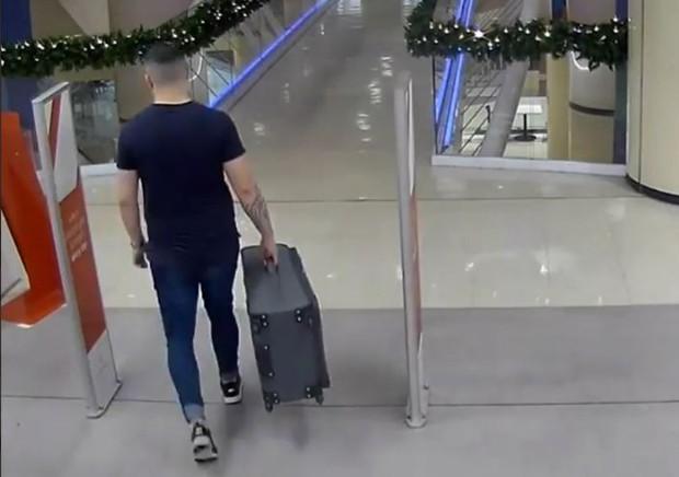 Clip: Khoảnh khắc tên sát nhân kéo vali chứa thi thể bạn gái đi ngang nhiên nơi công cộng gây ám ảnh - Ảnh 6.