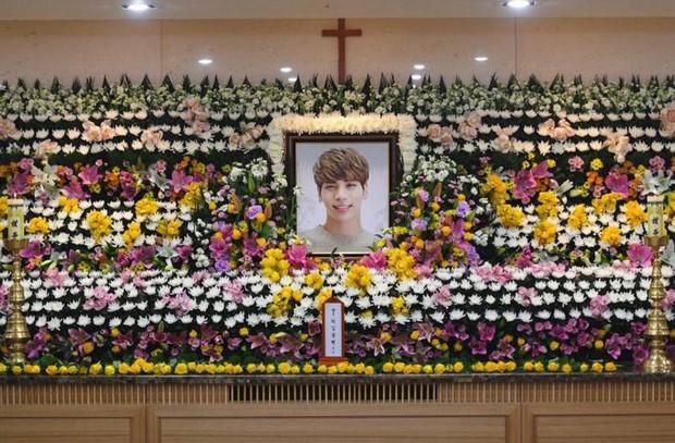 """Phẫn nộ đỉnh điểm: Chế ảnh tang lễ idol quá cố Jonghyun (SHINee) """"câu like"""" cho tour, nam ca sĩ bị """"ném đá"""" kịch liệt - Ảnh 5."""