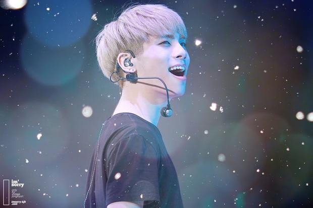 """Phẫn nộ đỉnh điểm: Chế ảnh tang lễ idol quá cố Jonghyun (SHINee) """"câu like"""" cho tour, nam ca sĩ bị """"ném đá"""" kịch liệt - Ảnh 2."""