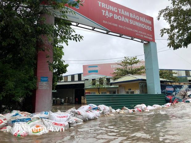 Ảnh: Mưa lớn kéo dài do ảnh hưởng của bão số 7, nhiều nơi ở Hà Nội ngập sâu, người dân chật vật di chuyển - Ảnh 11.