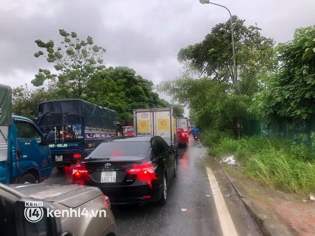 Đường phố Hà Nội ùn tắc cục bộ, người dân chôn chân hàng giờ dưới cơn mưa tầm tã trong sáng đầu tuần - Ảnh 17.