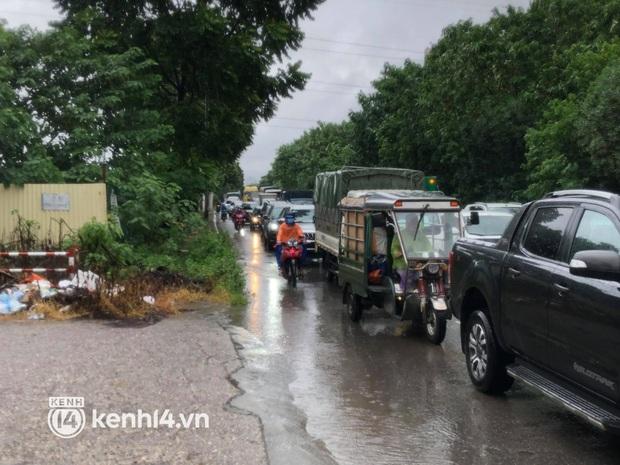 Đường phố Hà Nội ùn tắc cục bộ, người dân chôn chân hàng giờ dưới cơn mưa tầm tã trong sáng đầu tuần - Ảnh 18.