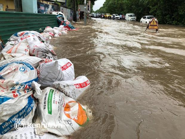 Ảnh: Mưa lớn kéo dài do ảnh hưởng của bão số 7, nhiều nơi ở Hà Nội ngập sâu, người dân chật vật di chuyển - Ảnh 10.