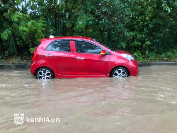 Ảnh: Mưa lớn kéo dài do ảnh hưởng của bão số 7, nhiều nơi ở Hà Nội ngập sâu, người dân chật vật di chuyển - Ảnh 8.